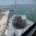 窓から船首を見る