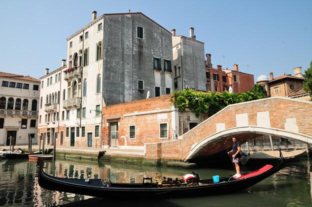 ベネチアの運河とゴンドラ