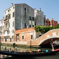写真: ベネチアの運河とゴンドラ