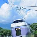 夏雲湧き上がる八ヶ岳をバックにカーブを駆け下りてくる中央本線E351系特急スーパーあずさ号