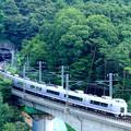 富士見のコンクリート橋を走る中央本線E351系特急スーパーあずさ号