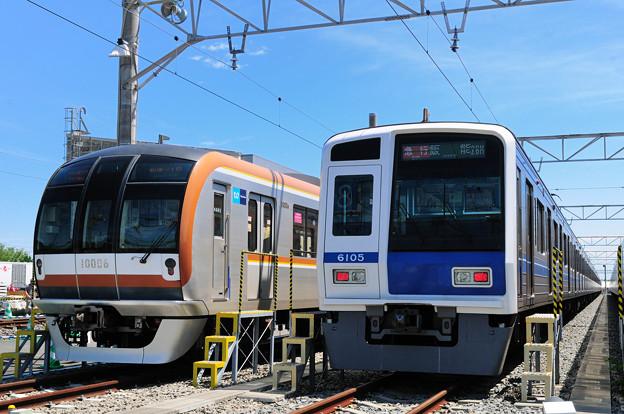 東京メトロ有楽町線10000系と西武鉄道6000系の並び