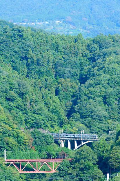 中央線の大呼戸橋梁を渡る211系普通電車