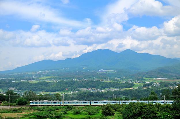 茅ヶ岳をバックに快走する中央線115系普通電車