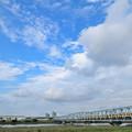 四つ木橋を渡る京急の黄色い電車
