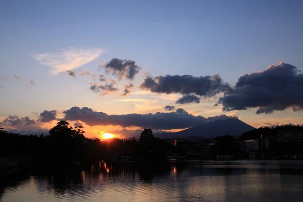 高松池と岩手山と夕陽