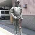 「平戸歴史の道」に建つ平戸イギリス商館長・リチャード=コックス像。...