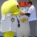 Photos: 白河市長からふなっしーだるまを受け取る・・ふなっしー