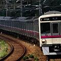カーブで稲城駅にさしかかる7020系急行