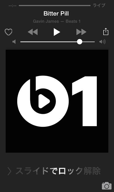 Beats 1を再生中のロック画面 - 2:Beats 1のアイコンがカバー画像欄に