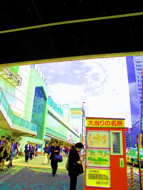新宿駅南口-01明日への夢