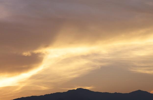 日没時の燃え残りの雲