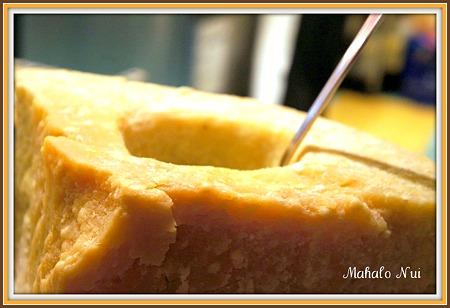 大きなチーズの中に入った野菜のリゾット