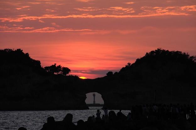 写真: 円月島と夕日・行けるか?3