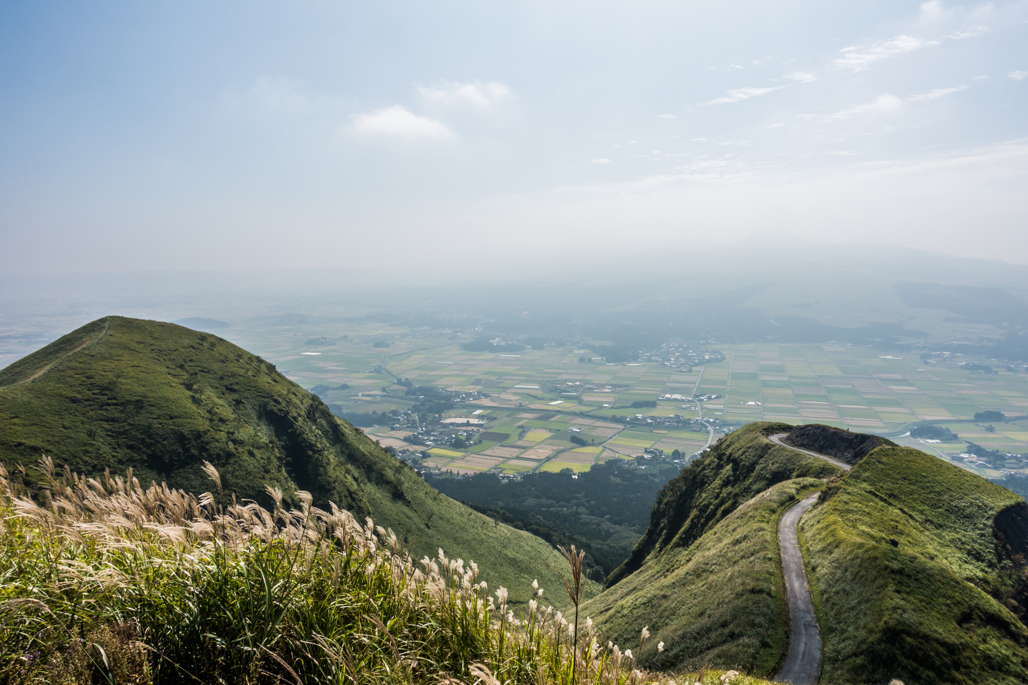 天空の道-霞む阿蘇山