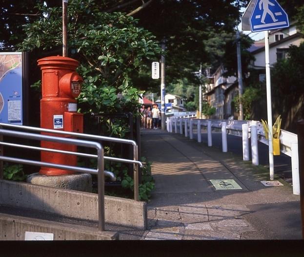 写真: 極楽寺駅前の坂