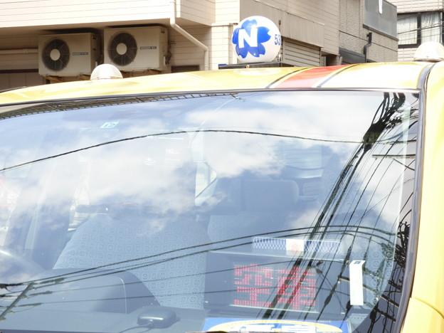 フロントガラスに「空」を映す「車」