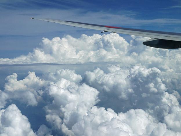 夏の雲の上を