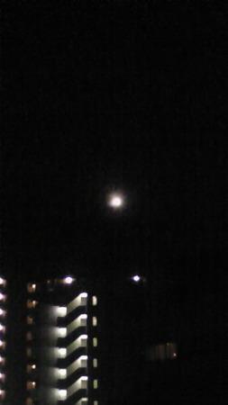 18:30頃、自宅ベランダより望む月