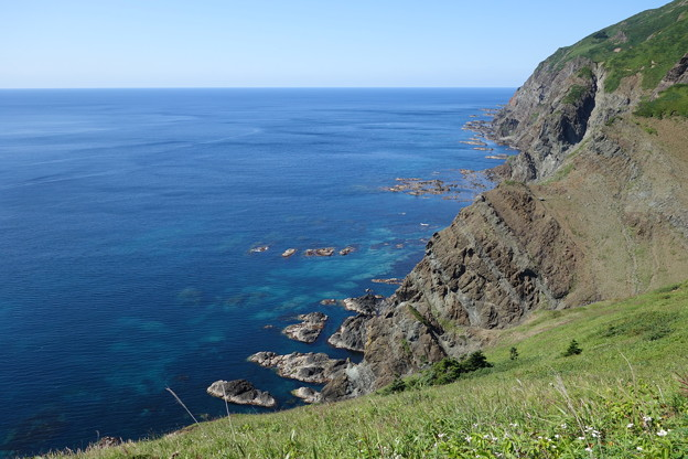 絶壁と群青の海
