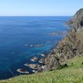 写真: 絶壁と群青の海
