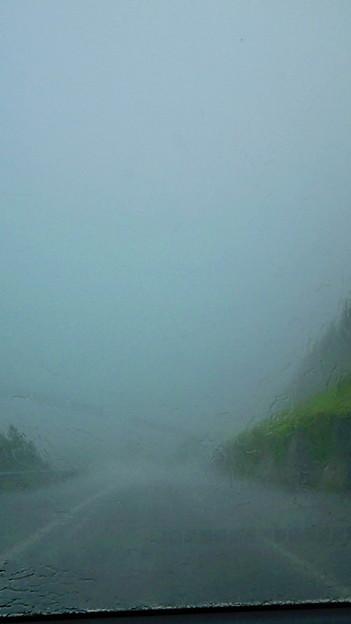 名古屋に向かって出発してる途中に雹まじりのゲリラ豪雨!!雹って見...