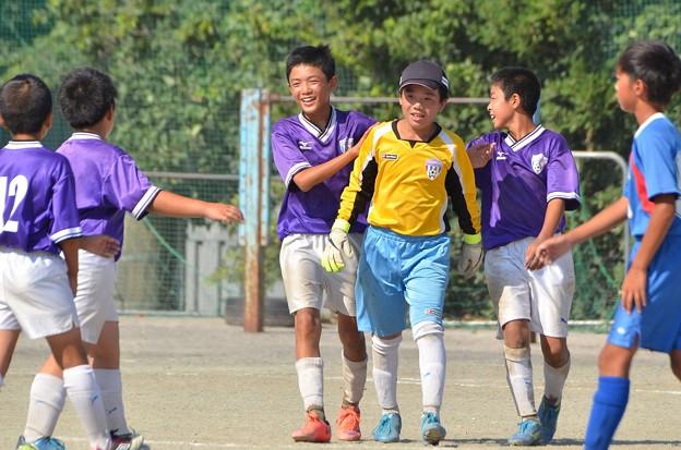 Photos: 【リーグ戦】清水クラブSS6年 vs 東台真鶴FC(勝利しチームメイトと喜び合う)