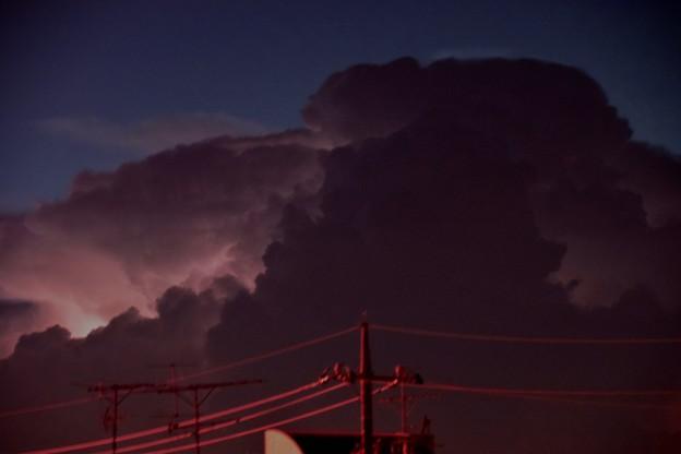 夜に稲妻で光る積乱雲