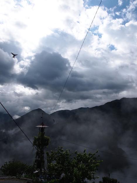 雲より高くにある村、希望を告げるつばめ