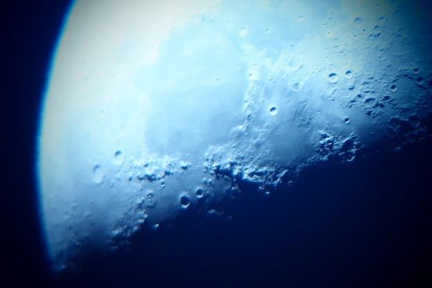 上弦の月    将来の夢は、月面に立ち大口径の天体望遠鏡で美しい地球を撮影してみたい