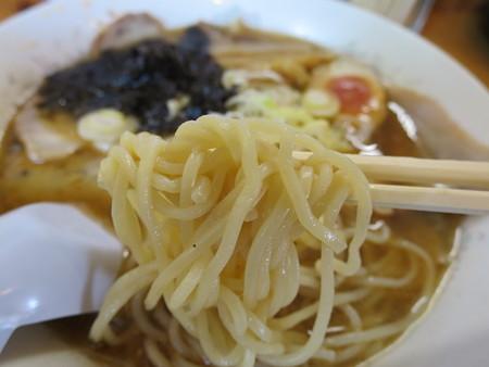 満留栄 醤油チャーシューメン 麺アップ