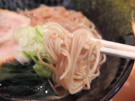 麺ぐるい 高田本町店 とりとん魚介(細麺、白ネギ、ばりかた、こってり) 麺アップ