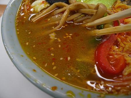 中華 宝亭 タンタンメン(辛い)(出前) スープ表面の様子
