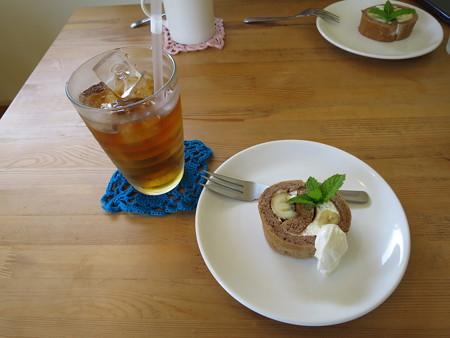 レストラン カノア 紅茶(COLD)&バナナのロールケーキ