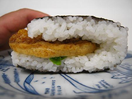 デイリーヤマザキ サンドおむすび かつ丼風 横から見た図
