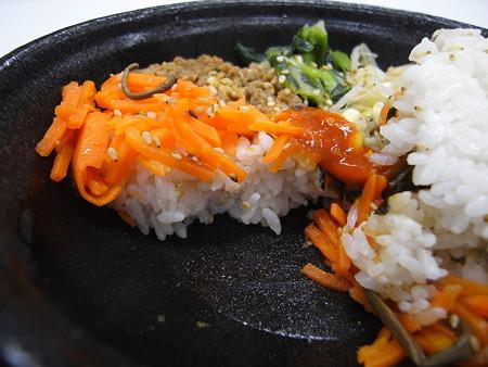 デイリーヤマザキ ビビンパ丼(半熟玉子付) 断面図