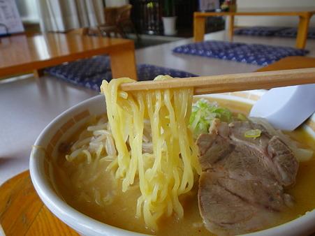 レストランしみず みそラーメン チャーシュートッピング 麺アップ