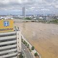 水害で水が茶色い信濃川と柳都大橋