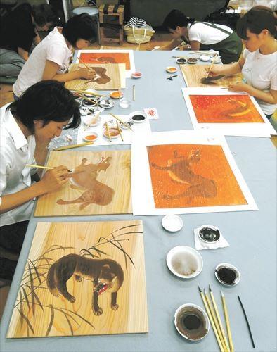 写真: オオカミ絵の復元に取り組む東京芸術大の大学院生たち=2015年8月1日、東京芸術大