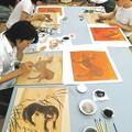 オオカミ絵の復元に取り組む東京芸術大の大学院生たち=2015年8月1日、東京芸術大