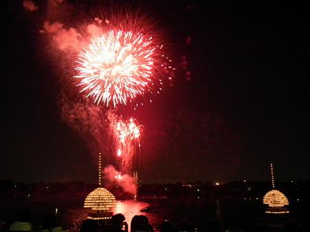 三好池祭り:花火と提灯船