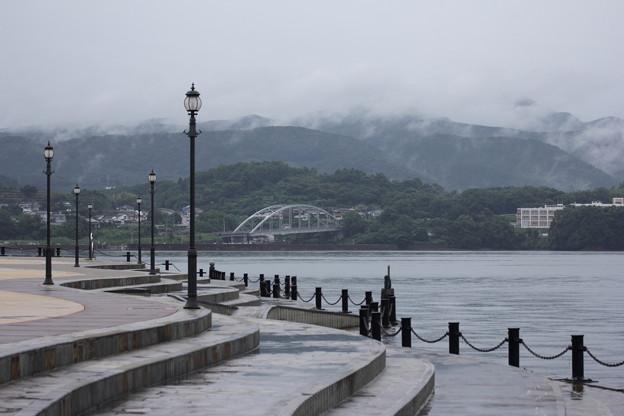 雨の親水護岸