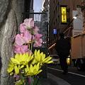 写真: 道端のお地蔵さん 家路を急ぐサラリーマンを見送る
