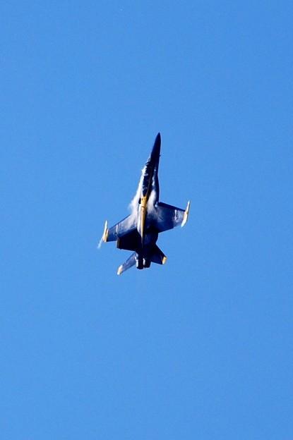 写真: Blue Angels No7 Solo Vertical Pitch 9-5-15