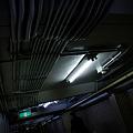 天井を這うケーブル