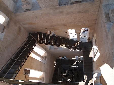 ぐるぐる危険階段