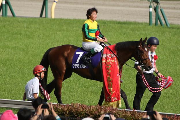 写真: クラリティスカイ 口取り_1(第20回 NHKマイルカップ)