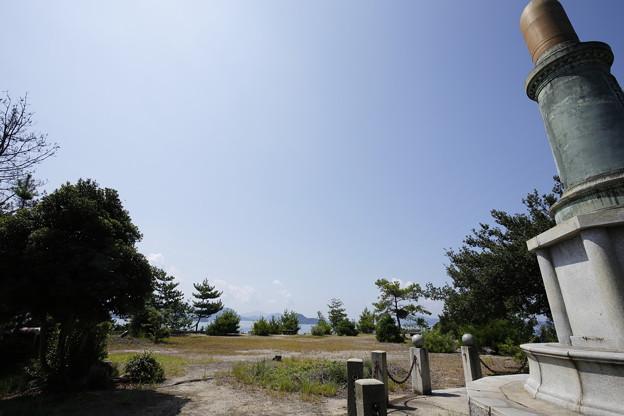賀儀城址と忠魂碑