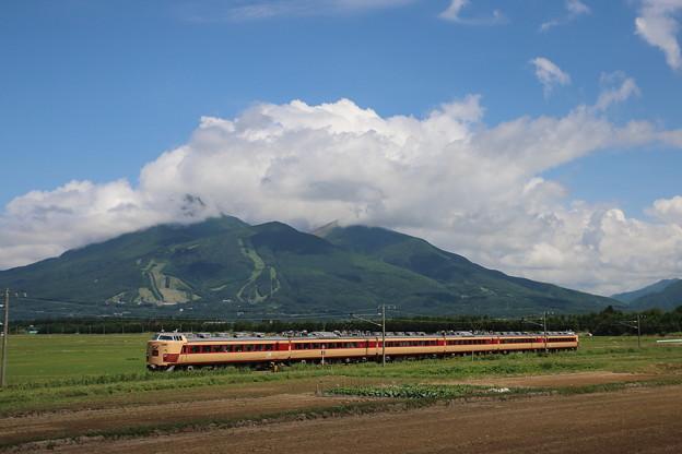 初夏の磐梯山を行く