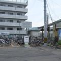 高徳本線屋島駅前の白ポストと周囲。駅に向かって左の駐輪場に。(2015年)